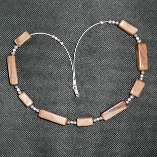 Schickes Drahtcollier mit beigen Sandsteinquadern und Silberperlen