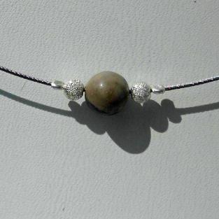 Feuersteinperle mit diamantierten Silberkugeln