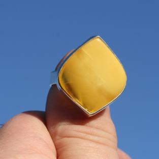 Trapezförmiger, heller, polierter Bernstein in Silber gefasst (teilweise klar / butterscotch)