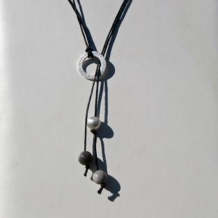 Raffiniertes Collier aus Feuersteinperlen, einer gebürsteten Silberkugel und einem Silberring