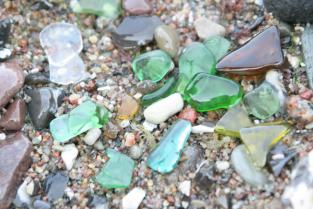 Set mit einem Stück Seeglas am Band und einem Märchen über Seeglas blau
