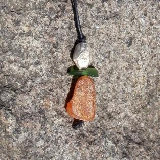 Schöne Sommerkette aus unpoliertem Bernstein, Silbernugget und grünem Seeglas