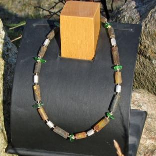 Schickes Collier aus Bernstein, Silber und grünem Seeglas