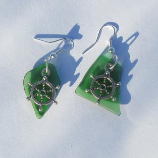 Ohrhänger mit grünem Seeglas und Steuerrad