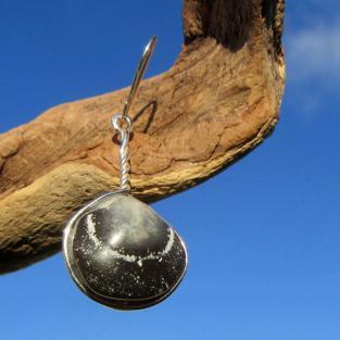 Edler Ohrhänger mit einem, in Silber eingefassten Armfüsser  !!! Designerstück !!!