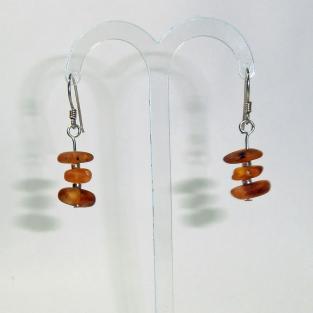 Ohrhänger mit unpolierten Bernsteinen und silbernen Glasperlen dazwischen (925)