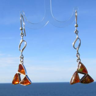 Lange, edle Ohrhänger mit 3 polierten, kognacfarbenen Bernsteinen in Dreieckform
