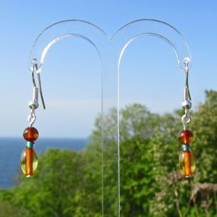 Ohrhänger aus kognacfarbenen Bernsteinen im Kontrast mit einer grünen, böhmischen Glasperle