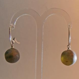 Handgeschliffene Perlen als Ohrhänger aus unpolierten,dunklen Bernsteinen