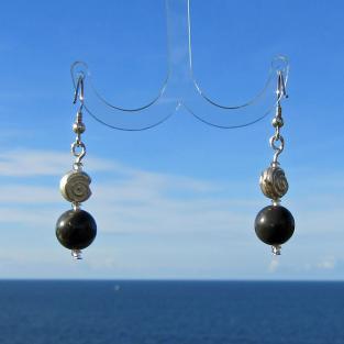 Ohrhänger mit polierten Feuersteinperlen  und einer Schnecke aus Silber