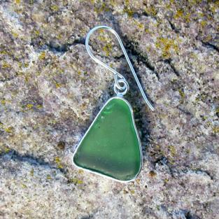 Edler Ohrhänger mit einem, in Silber eingefassten Stück grünem Seeglas  !!! Designerstück !!!