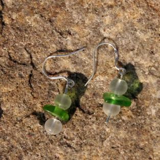 Ohrhänger aus grünem Seeglas mit weissen Glasperlen