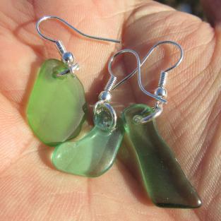 Ohrhänger mit grünem Seeglas