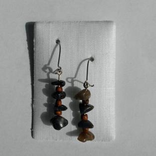 Ohrhänger aus kleinen Feuersteinen und Holzperlen