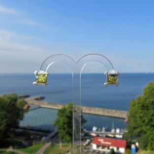 4eckiger, grünlicher Bernsteinohrstecker elegant in Silber eingefasst