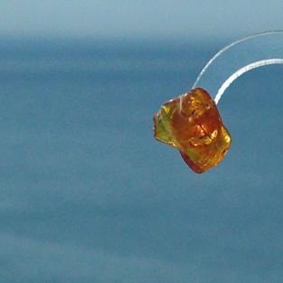 Silberner Ohrstecker mit einem polierten Bernsteinstückchen