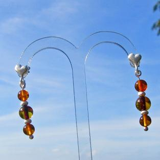 Schicke Herzohrstecker mit Perlen aus Bernstein und diamantierten Silber