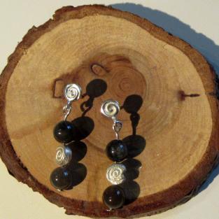 Spiralohrstecker mit kleinen Feuersteinperlen und Schnecke aus Silber
