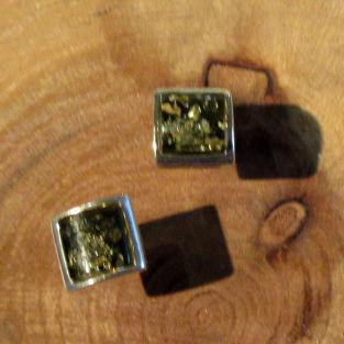 Quadratische Ohrstecker mit  in Silber gefassten, grünem Bernstein