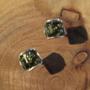 Kleine quadratische Ohrstecker mit  in Silber gefassten, grünem Bernstein