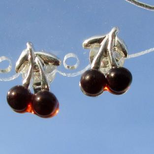 Schicke kleine Ohrstecker als Kirschen mit farblich passenden Bernsteinen
