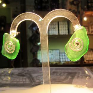 Ohrstecker aus grünem Seeglas mit Silberspiralen
