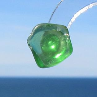 Ohrstecker aus hellgrünem Seeglas