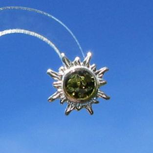 Wunderschöne Ohrstecker als Sonne mit grünlichem Bernstein