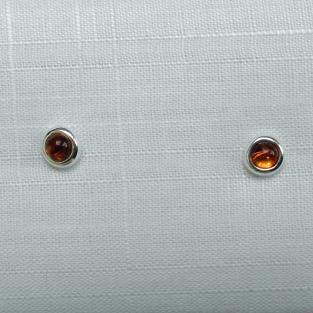 Runde Ohrstecker mit  in Silber gefassten, kognacfarbenen Bernstein