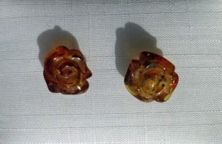 Ohrstecker mit kognacfarbenen Bernsteinröschen