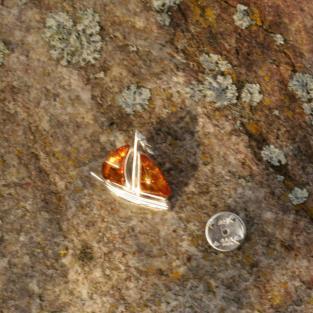 Wunderschöner Pin als Segelboot mit 2 kognacfarbenen Bernsteinen