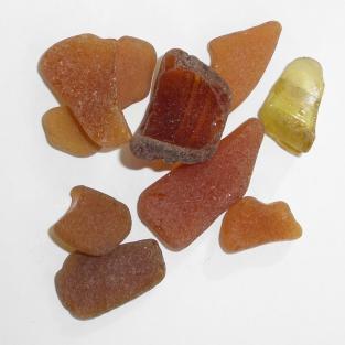 10 Stücken braunes Seeglas, unpoliert 2 - 4 cm
