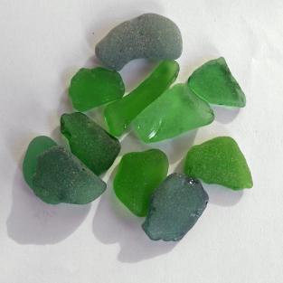 10 Stücken grünes Seeglas, unpoliert bis 2 cm