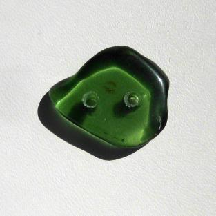 Knopf aus einem grünen Stück Seeglas