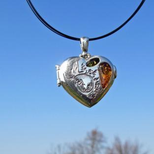 Aufklappbares Amulett / Medaillon als  Herz aus Silber mit 2 Bernsteinen