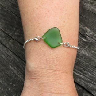 Armband mit grünem Seeglas an einer Silberkette