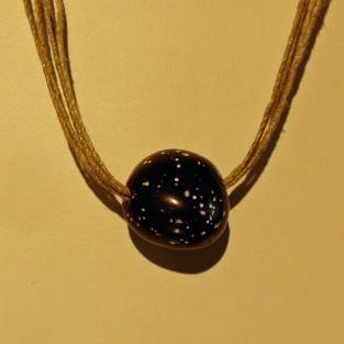 Schöner, polierter Kieselschwamm auf einem Collier aus Sisal