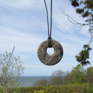 Leicht angeschliffener Steinring aus einem Stein der Rügener Küste