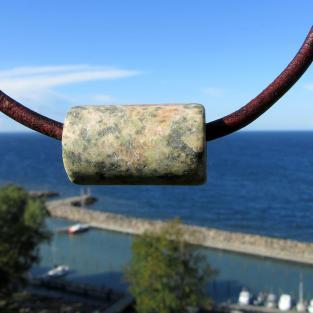 Rustikaler Schmuck / Zylinder aus einem angeschliffenen Stein (Granit)