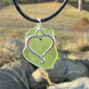Kette mit grünem Seeglas mit Anhänger Herz