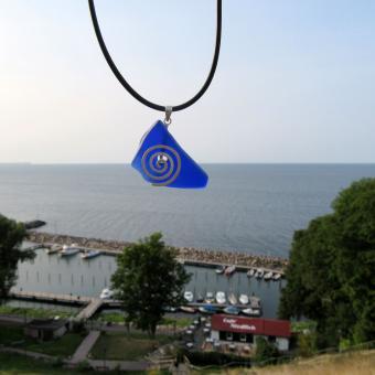 Anhänger aus einem blauen Stück Seeglas