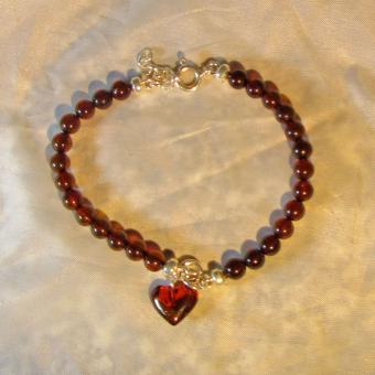 Wunderschönes Perlenarmband mit Herz aus kirschroten Bernsteinen und Silber