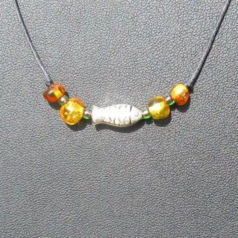 Collier mit  4 kleinen, polierten Bernsteinen, grünen Glasperlen und einem Fisch aus Silber