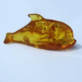 Grosser Delfin / Delphin aus transparenten, kognacfarbenen Bernstein