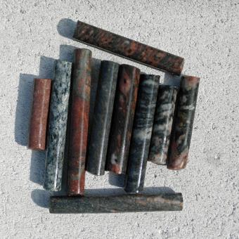 10 Bohrkerne aus verschiedenen Steinen