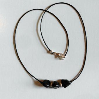 Feines Collier mit Feuersteinnuggets und diamantierten Perlen aus Silber