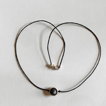 Collier mit einer Feuersteinkugel in einem Ring aus Silber