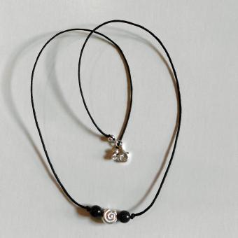 Collier mit Feuersteinperlen und einem kleiner Schnecke aus Silber