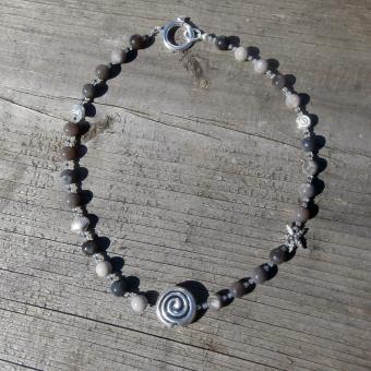Collier aus Feuersteinperlen mit maritimen Motiven aus Silber