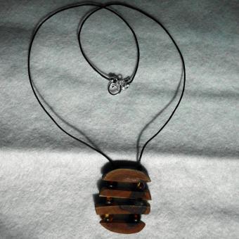 Collier mit kleinen Bernsteinperlen und Seeglas zwischen Holz